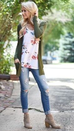 I love this outfit! The jeans are just slightly too distressed for me but the overall look is SO CUTE!