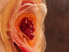 Zimní růže Květinová aplikace na brožovém můstku zdobená skleněným sekaným rokajlem, průměr 7 cm