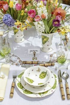 Beautiful for spring or Easter! Decoration Table, Centerpiece Decorations, Flower Decorations, Elegant Table Settings, Beautiful Table Settings, Table Set Up, Partys, Deco Table, Easter Table