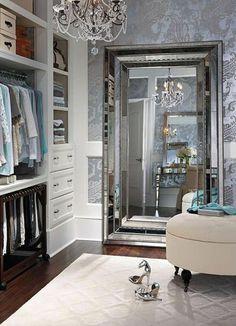 Begehbearer wardrobe of large mirror grey wall