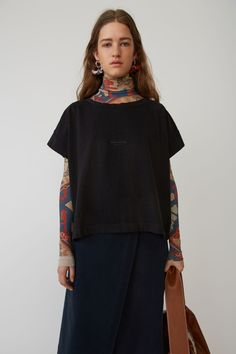 Acne Studios Tohnek black is a cropped t-shirt with Acne Studios branding. Acne Studios, Vintage Looks, What To Wear, Ready To Wear, Cold Shoulder Dress, T Shirts For Women, Lady, Cotton, Clothes