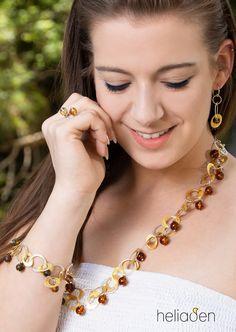 ✨Eyecatcher für den Hals. Entdecken Sie diese lange Kette mit vergoldetem Sterling Silber und Bernstein in Cognacfarbe.  Passend zu der Kette sind auch Armband und Ohrringe erhältlich.  #bernstein #schmuck #amber #jewellery #design Design, Ear Piercings, Necklaces, Wristlets, Silver