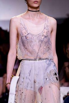 Christian Dior at Paris Fashion Week Spring 2017 - Details Runway Photos Fashion Prints, Fashion Art, High Fashion, Fashion Show, Fashion Design, Fashion Poses, Fashion Weeks, Fashion Editorials, Indian Fashion