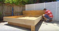 Un uomo mette un letto nel cortile. Non immaginerete mai che materasso utilizza
