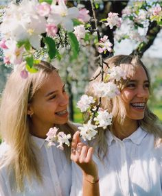 Discovered by Lisa and Lena. Find images and videos about girl, beautiful and white on We Heart It - the app to get lost in what you love. Famous Twins, Sister Pictures, Sister Pics, Lisa Or Lena, Musically Star, Perfect Teeth, Picture Outfits, Youtube Stars, Summer Photos