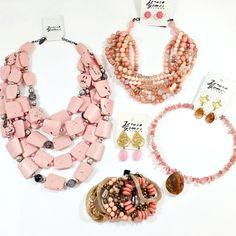Os tons de rosa nos remetem ao universo feminino, a ternura e ao romantismo. Preparamos um kit de colares, pulseiras e brincos para você se inspirar. Estamos apaixonados e você?  #carnaval #acessorios #jerusagomesbijoux #bijuterias #bijoux #bijuteriasfinas #rose #carnavalizabh
