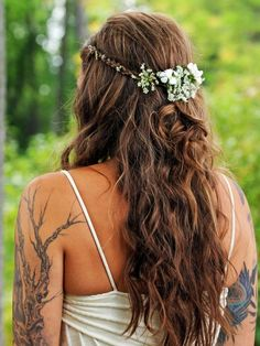 Wedding hairstyle ideas for the bride and bridesmaids Picture Description Loose boho waves with a small braid and fresh flowers - #Hairstyles https://glamfashion.net/wedding/hairstyles/wedding-hairstyle-ideas-loose-boho-waves-with-a-small-braid-and-fresh-flowers/