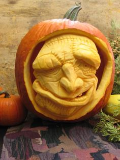 Looks like Argus Filch in Harry Potter, or… Proactive Parenting adores Halloween. Looks like Argus Filch … Diy Halloween, Holidays Halloween, Halloween Pumpkins, Halloween Decorations, Awesome Pumpkin Carvings, Pumkin Carving, Food Carving, Pumpkin Art, Scary Pumpkin