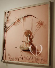 Bimba romantica che va sull'altalena, tenendo un fiore tra le mani. Cornice vintage in legno, lavorazione in fil di ferro e tessuto con applicazione di elementi naturali