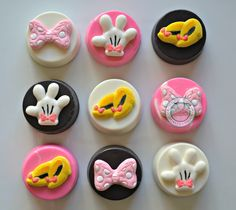 A super cute and super sweet bite!Delicate chocolate covered Oreos with handmade accents.Accent pieces are all hand made and hand painted for that extra special touch. One order comes with 12 Oreos in coordinating colors and designs.Designs include:-Minnie Mouse Bows-White Gloves-Yellow Minnie HeelsComes in gift box.**Please note date needed or order will ship in 10-12 business days****Overnight shipping Is used to prevent melting**