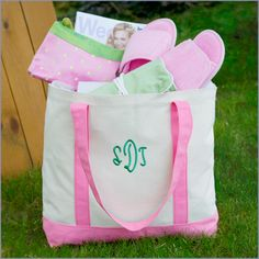 bridesmaid gift idea! loving these monogrammed totes!