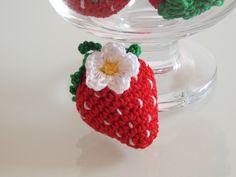 Come fare piccole fragole amigurumi da utilizzare come bomboniere all'uncinetto, segnaposto per matrimoni o semplici decorazioni per un compleanno estivo.