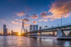 Wat een stad, zo kwam gister de zon op bij de Erasmusbrug in Rotterdam.