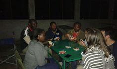 Cosas que sólo pasan yendo de camping. Cocinero, conductor, guía y viajeros jugando a cartas después de la cena en Serengeti