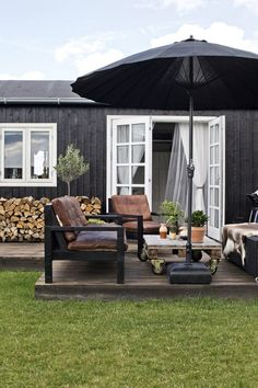 Outdoor Living Ein Sommerhaus in Dänemark How far should you bury your roc in the ground? Parasols, Patio Umbrellas, Outside Living, Outdoor Living, Huge Design, Outdoor Spaces, Outdoor Decor, Outdoor Furniture, Outside Furniture