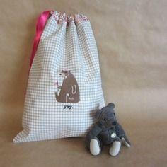 Broderie : sac pour enfants forme polochon, brodé nounours. dimension : 26 cm x 35 cm