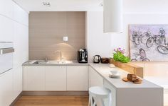 geräumige Küche mit zwei Zeilen - weiße Hochglanz Fronten und Holz ...