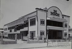 Theater Bellevue aan de Domineestraat in Paramaribo. Rond 1930 gebouwd in Art Deco stijl. Midden jaren '90 gesloopt.  Datum: Locatie: Paramaribo, Suriname Vervaardiger:   Inv. Nr.:  27-162 Fotoarchief Stichting Surinaams Museum