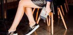 Кожаную юбку дизайнеры причислили к обязательным предметам гардероба. Мини, миди или макси, любые фасоны сделают наряд особенным и универсальным. Кожаные юбки многие считают рискованной одеждой, но модные тенденции заставляют прислушаться к советам стилистов. Не стоит конкурировать со звездами шоу-бизнеса и надевать мини-юбку из кожи с бюстгальтером и высокими сапогами-ботфортами в офис. Изделия из кожи превосходно […]