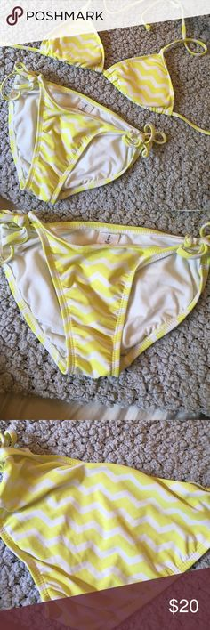 OLD NAVY bikini This Old navy bikini looks amazing with a tan :) the bottoms are worn but the top is good as new :) Old Navy Swim Bikinis