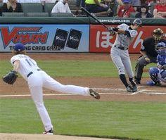 2012.04.09 レンジャーズ戦の1回、ダルビッシュ(左)から三塁後方への内野安打を放つマリナーズのイチロー