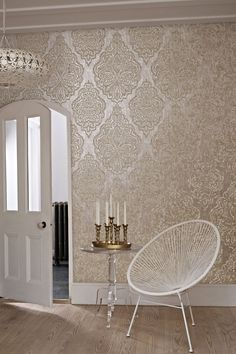 Wallpaper Trends 19 Stunning Examples of Metallic Wallpaper - Tapeten Ideen Best Living Room Wallpaper, Hallway Wallpaper, Wallpaper Ideas, Wallpaper Designs, Gold Wallpaper Dining Room, Designer Wallpaper, Living Room Wallpaper Texture, Interior Design Wallpaper, Gold Wallpaper Bathroom