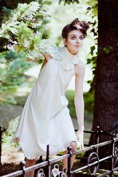 Unikat  zeitloses Kleid, welches auch nach der Hochzeit noch getragen werden kann  weichfallende Form,   mit Faltungen am Hals und am Saum  Verschl...
