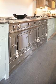 La Cornue La Chateau stove, which has double ovens. Loft Kitchen, Home Decor Kitchen, Home Decor Bedroom, New Kitchen, Kitchen Design, Kitchen Ideas, Kitchen Cooker, Kitchen Stove, Kitchen Appliances