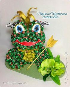 Свит-дизайн День рождения Моделирование конструирование Лягушка из конфет и ежик Бумага гофрированная фото 1