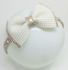 This Pin was discovered by beu Ribbon Hair Clips, Diy Hair Bows, Ribbon Bows, Diy Hair Accessories, Wedding Accessories, Kids Headbands, Hair Decorations, Boutique Hair Bows, Pearl Headband