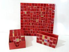 Base MDF, trabalho em mosaico com pastilhas de vidro. Conjunto: 1 Descanso para prato ou panela, 6 descansos para copo, 1 porta guardanapos. R$90,00