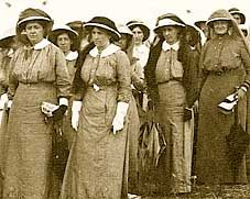 This is a picture of some of the nurses who cared for hundreds of battered and bleeding men on the decks and in the confined wards of a hospital ship on the first ANZAC day. We know about their experiences from their letters. Ww1 History, Women In History, World War One, First World, Anzac Soldiers, Canadian Army, Vintage Nurse, Anzac Day, Red Cross