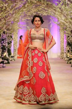 Tips to keep on mind when you buy a wedding lehenga Forrhwt about the tips.. I love the lehenga in the pic..:D