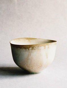 the modern pottery studio — paper-clay: White tea bowl by Tabuchi Taro Ceramic Clay, Ceramic Bowls, Ceramic Pottery, Slab Pottery, Thrown Pottery, Pottery Bowls, Porcelain Ceramics, Wabi Sabi, Japanese Ceramics