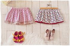 DIY : jupettes ultra rapides (+ tuto express – Caroline Lenain DIY : jupettes ultra rapides (+ tuto express jupe enfant fait main hand made www. Baby Couture, Couture Sewing, Sewing For Kids, Diy For Kids, Diy Crochet, Crochet Baby, Hand Crochet, Diy Jupe, Crochet Skirt Outfit