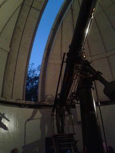 Ayer por la noche visitamos un Observatorio denominado Observatorio Astronómico Nacional de Chile en un suburbio del este de Santiago. El telescopio en la foto fue erigido en 1889 cuando fue importada de los Estados Unidos por Gautier. Hoy en día, debido a las luces de Santiago que contaminan el cielo nocturno, no puede ser utilizado para otros trabajo astronómico, sólo para encontrar previamente descubierto estrellas y planetas. Miramos a la luna, Venus y Marte a través de este telescopio.