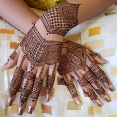 Henna is the most traditional part of weddings throughout India. Let us go through the best henna designs for your hands and feet! Latest Simple Mehndi Designs, Back Hand Mehndi Designs, Latest Bridal Mehndi Designs, Mehndi Designs For Beginners, Mehndi Design Photos, Mehndi Simple, Wedding Mehndi Designs, Mehndi Designs For Fingers, Beautiful Mehndi Design
