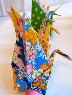Guirlande de grues multicolores créée par Estampapier. Vendue 14€
