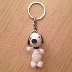 Portachiavi con Snoopy amigurumi, fatto a mano all'uncinetto, by La piccola bottega della Creatività, 11,90 € su misshobby.com
