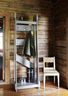 Nikkaroi vaatenaulakko mökin eteiseen | Meillä kotona Surf Shack, Cabinet, Storage, Inspiration, Furniture, Home Decor, Clothes Stand, Purse Storage, Biblical Inspiration
