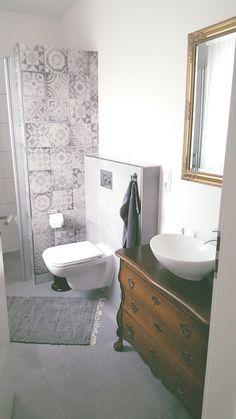 Perfekt #Badezimmer#antik#kommode#waschtisch#musterfliesen