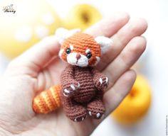main miniature.  Maîtres juste - à la main.  Acheter Red Panda amigurumi Shpunka jouet tricoté.  Handmade.  rouge