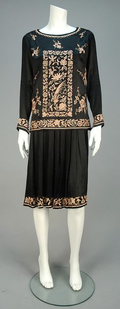 LOT 666 EMBROIDERED DAY DRESS, 1920s. - whitakerauction