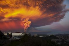 Chile's 6,500-foot Calbuco volcano erupted on April 22, 2015, the first time since 1971. (photo: Sergio Candia/Reuters)