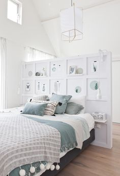 A half wall (pony wall USA) with shelves and artworks as a decorative element and a divider for the sleeping and dressing space Bedroom Themes, Teen Bedroom, Bedroom Colors, Dream Bedroom, Home Bedroom, Bedroom Wall, Master Bedroom, Bedroom Decor, Bedroom Ideas