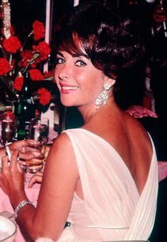 Elizabeth Taylor a dame like me : Photo Hollywood Icons, Old Hollywood Glamour, Vintage Hollywood, Hollywood Actresses, Divas, Elizabeth Taylor Schmuck, Most Beautiful Women, Beautiful People, Violet Eyes