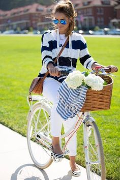 nine west summer (Nili Lotan sweater + Sincerely Jules tee + J Crew jeans + Nine West striped flats + Chloe bag + Ray Ban sunnies) Cycle Chic, Preppy Mode, Preppy Style, Nautical Style, Motorcycle Style, Bike Style, Streetwear, Looks Style, My Style