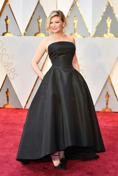 Kirsten Dunst arrives in Christian Dior Haute Couture on the Oscars red carpet for the Academy Awards. Krysten Ritter, Keri Russell, Kirsten Dunst, Jessica Biel, Keira Knightley, Charlize Theron, Oscar Fashion, High Fashion, Fashion 2017