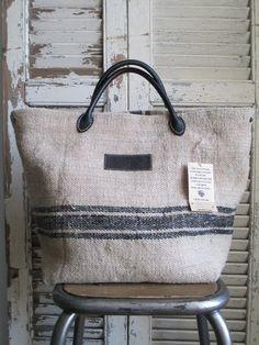 © Si un mas m'était conté - Sac en chanvre Handmade Handbags, Handmade Bags, Big Bags, Small Bags, Bag Patches, Diy Bags Purses, Sack Bag, Jute Bags, Linen Bag