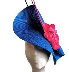 Tocado azul y rosa. Base del tocado en azulon electrico adornado con flor (hecha a mano rosa de raso) y 3 raquis de color negro, rosa fucsia y rosa mas